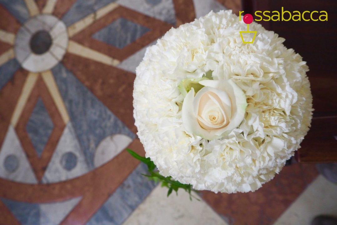 Bouquet Sposa Garofani.Matrimonio In Bianco Verde Con Dettagli D Edera Rossabacca